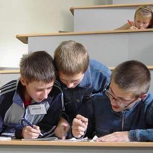 """В рамках благотворительной программы """"Одаренные дети Магнитки"""", стартовавшей шесть лет назад, 75 талантливых юношей и девушек будут получать ежемесячные именные стипендии в размере 1000 рублей."""