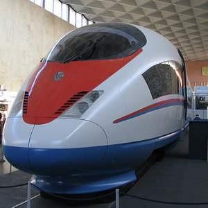 """Сегодня высокоскоростной поезд """"Сапсан"""" совершил первый опытный рейс по маршруту Санкт-Петербург – Москва. Он развил скорость в 180 км/ч, в то время как его максимальная скорость - 250 км\ч. После введения его в эксплуатацию в конце года время поездки сократиться до 3 часов 45 минут."""