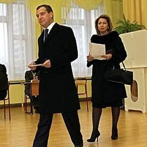Президент России Дмитрий Медведев вместе с супругой и чиновниками предоставит сведения о доходах в налоговую службу.