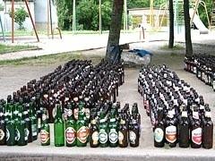 """Пивоваренная компания """"Балтика"""" призывает россиян позаботиться об экономии, а заодно и об экологии, и вспомнить старую традицию сдавать пустые бутылки в пункты приема стеклотары."""
