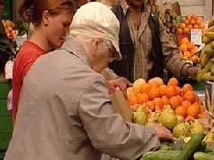 """Кризис изменил потребительское поведение россиян. Многие разочаровались в крупных сетевых магазинах, которые не смогли обеспечить низкие цены на продукты. Покупатели отдают предпочтение """"магазинам у дома"""" и на рынкам."""