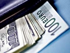 Курс доллара снизился на 6 копеек - до 31,42 рубля, курс евро подрос на 1 копейку - до 43,85 рубля.