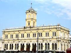 Ленинградский вокзал могут в скором времени переименовать в Николаевский. Но большинство москвичей этого не желают.