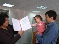 306 тысяч российских семей обратились в ПФР с заявлением на получение единовременной выплаты из средств материнского капитала в размере 12 000 рублей, которые семьи смогут использовать на повседневные нужды.