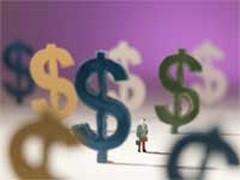 Доллар ослабел к рублю на 24 копейки - до 31,55 рубля, евро - на 17 копеек - до 44,65 рубля.