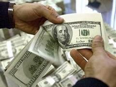 Официальный курс доллара вырос на 77 копеек - до 31,4162 рубля, курс евро поднялся на 67 копеек - до 44,4351 рубля.