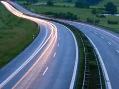 """Информационная группа Finam.ru (входит в состав инвестиционного холдинга """"ФИНАМ"""") провела конференцию """"Госкомпания и дороги: одной бедой станет меньше?"""". Ее участники отметили, что сеть автодорог в России находится в критическом состоянии, причем в ближайшее время оно может усугубиться. Создание государственной компании """"Российские автомобильные дороги"""" способно повысить эффективность управления дорогами, но вряд ли решит вопрос недостаточного финансирования их развития."""